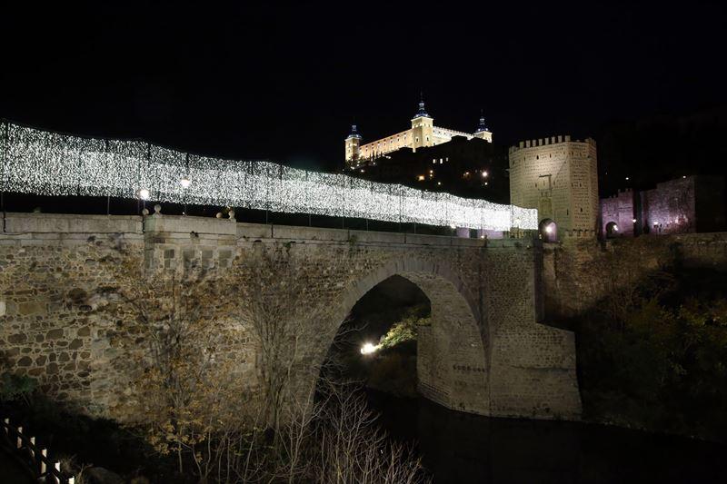 Iluminación navideña en el Puente de Alcántara de Toledo