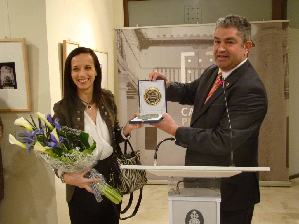Alcalde entregando regalos a Beatriz Corredor