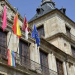 La bandera del Orgullo LGTBI ondea por primera vez en el Ayuntamiento de Toledo
