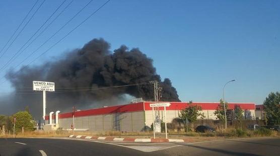 Desalojados cien trabajadores por un incendio en el polígono industrial de Toledo