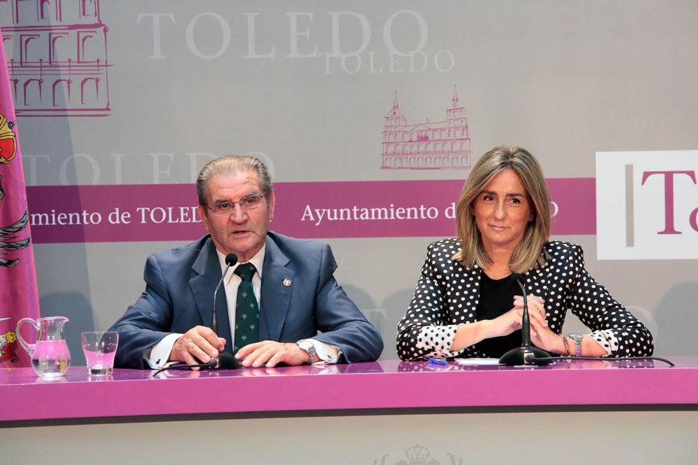 Milagros Tolón, junto al presidente de Caja Rural en rueda de prensa