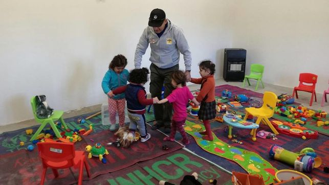 El toledano Gregorio Martín-Blas en el campamento de acogida de refugiados Bridge 2 FOTO: FACEBOOK