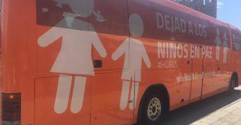 El autobús tránsfobo de HazteOir recala sin autorización en el Parador de Toledo