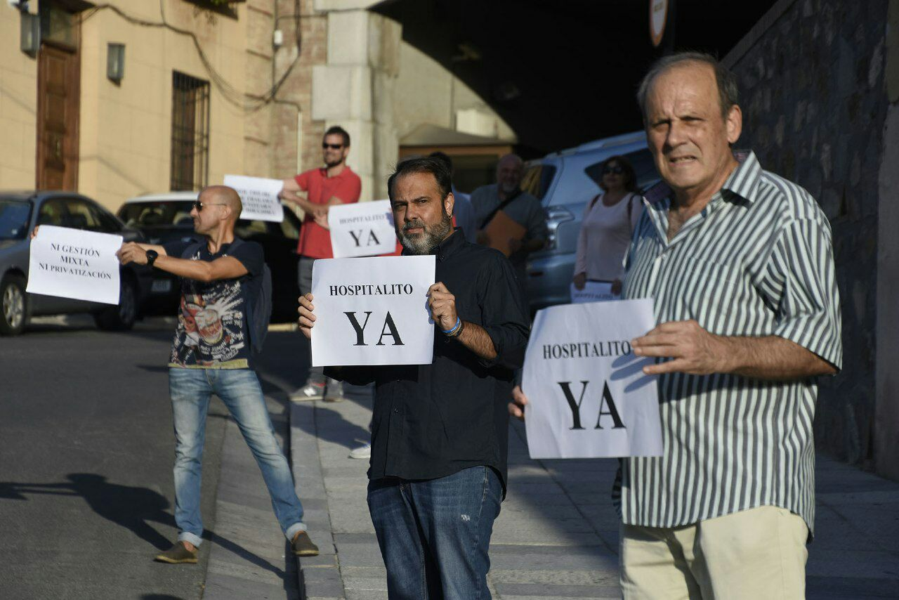 Concentración del movimiento 'Hospitalito ya' en uno de los accesos a las Cortes