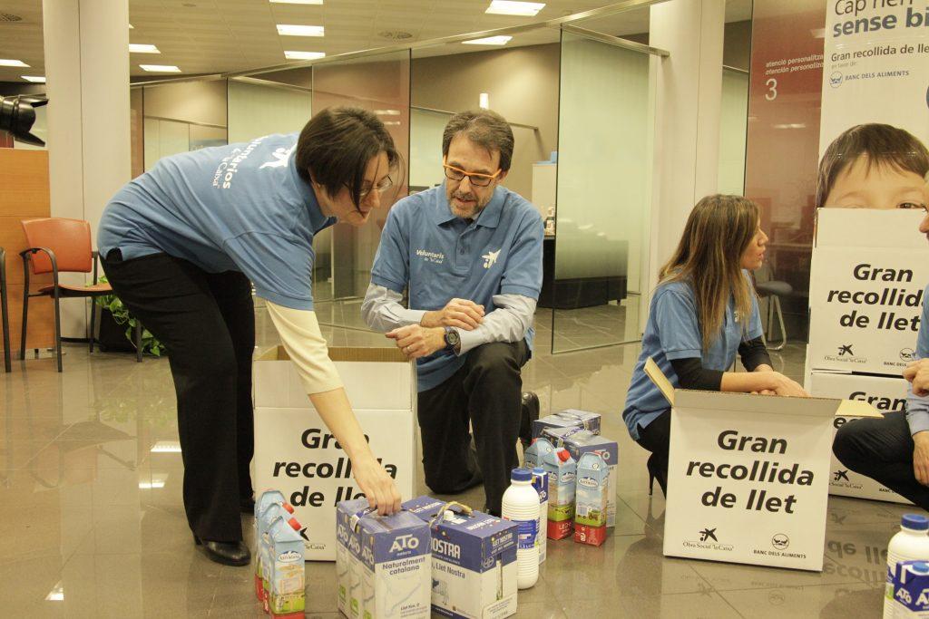 Voluntarios en la recogida de leche. OS la Caixa