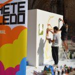 Los artistas de Cohete Toledo plasman su arte en un gran cubo en la plaza del Ayuntamiento