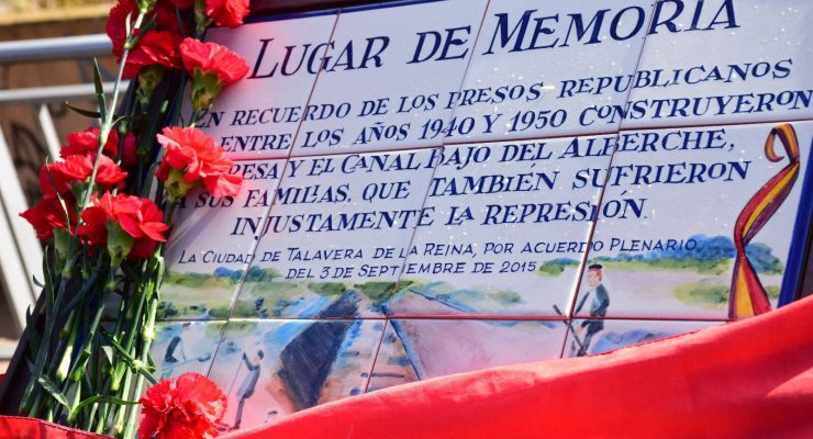 Claveles y banderas republicanas en el homenaje a los presos del canal del Alberche