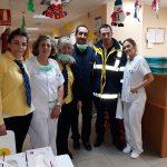 Voluntarios de Correos recogen las cartas de Reyes Magos en el Hospital Virgen de la Salud