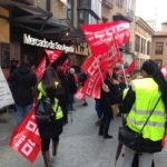 Enfrentamientos entre extrabajadores y actuales empleados en la manifestación frente al Mercado de San Agustín