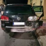 Un conductor se da a la fuga embistiendo a varios coches en La Cornisa
