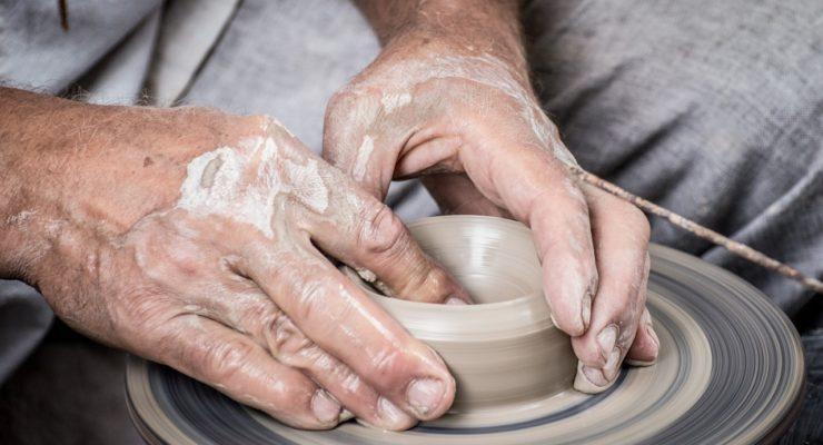 Simbiosis creativa para conocer los oficios artesanos: cómo trabajar con el cuero o la cerámica