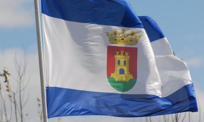 Banderas para protestar por la situación de Talavera el Día de la Región