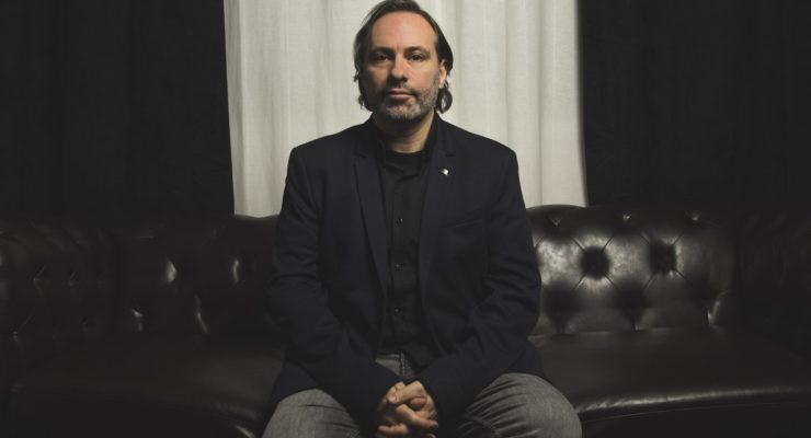 """Félix Chacón: """"Los poetas nos dedicamos a vender nuestro dolor"""""""