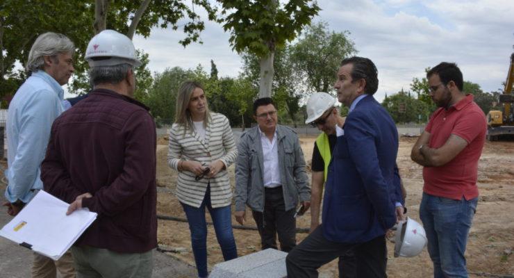 Tolón visita las obras de la plaza pública que supondrá la antesala del futuro recinto ferial de Safont