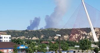 15 medios, cinco de ellos aéreos, participan en la extinción de un fuego en La Pueblanueva