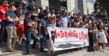 """Manifestantes """"de luto"""" denuncian la """"cospedalada"""" contra funcionarios interinos"""