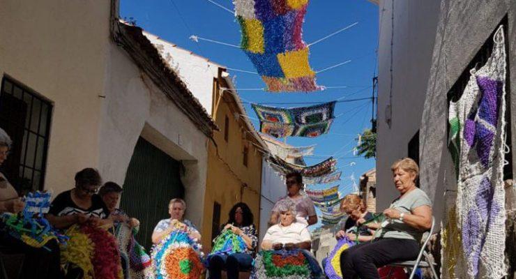 Toldos de ganchillo en Los Cerralbos: una nueva vida para las bolsas de plástico