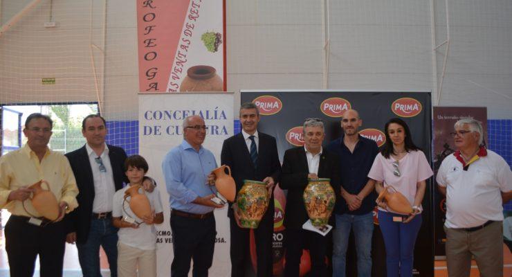El presidente de la Diputación de Toledo recoge la 'tinaja' de Ventas de Retamosa por apoyar los vinos de la provincia