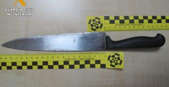 Asalta su domicilio de Bargas y la amenaza de muerte con un cuchillo para robarle dinero