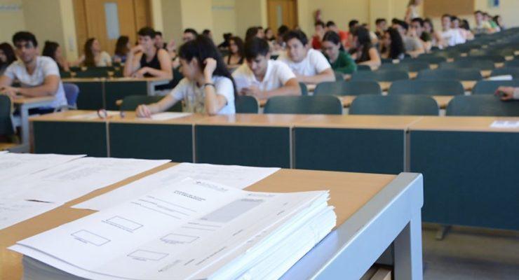 Pillado con un pinganillo en los exámenes de la EvAU en Talavera