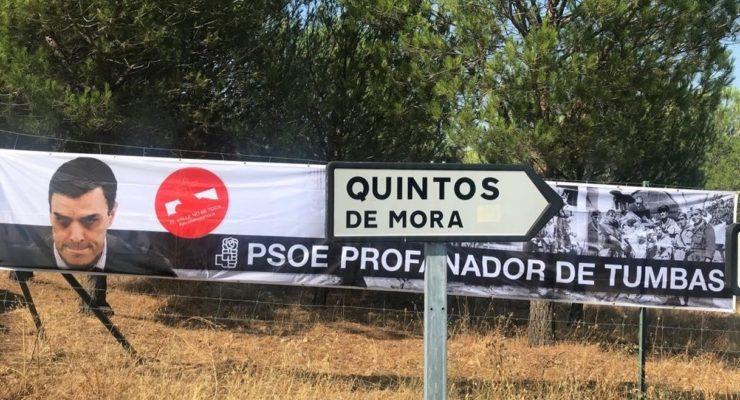 Colocan una pancarta donde se lee 'PSOE, profanador de tumbas' cerca de Quintos de Mora, donde se reunirá el Gobierno
