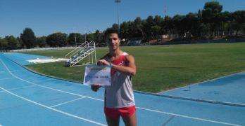 El atleta Cristian López consigue el récord Guinness en 400 metros corriendo hacia atrás