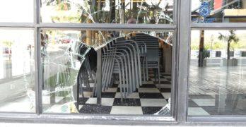 Un excamarero roba en dos bares de Toledo rompiendo la luna con una alcantarilla