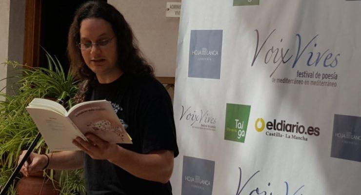 """Alberto García-Teresa y la poesía crítica como """"herramienta de disidencia"""""""