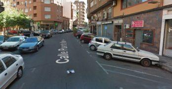 Derrama un bote de pintura en la ropa de una mujer y en su vehículo tras una discusión de tráfico
