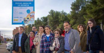 Toledo da la bienvenida a sus visitantes con la placa que la distingue como Ciudad Amiga de la Infancia