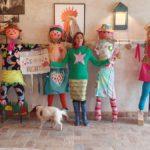 Los espantapájaros de la Dehesa El Milagro llevan la marca de Agatha Ruiz de la Prada