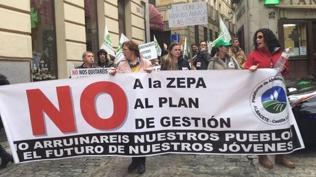 Cientos de agricultores piden las dimisiones del consejero y del delegado del Gobierno por las calles de Toledo