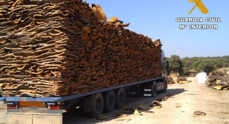 Detenidas tres personas por robar 50 toneladas de corcho