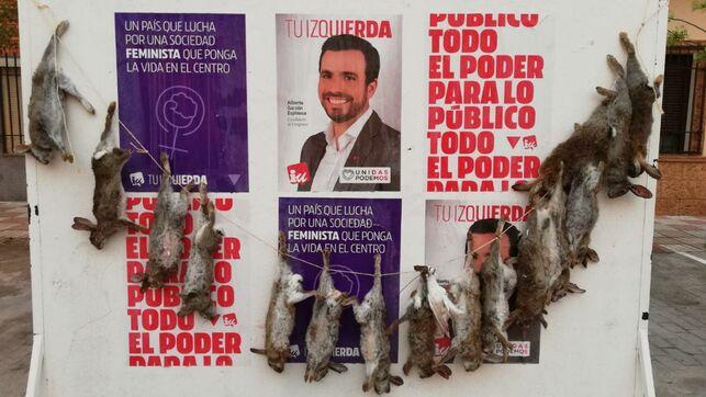 Cuelgan 16 conejos muertos en el cartel electoral de Alberto Garzón en La Puebla de Almoradiel