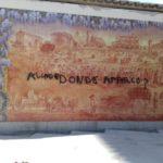 """Vergonzosa"" pintada sobre un mural de cerámica de Talavera"