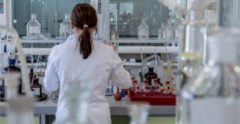 mujer ciencia laboratorio