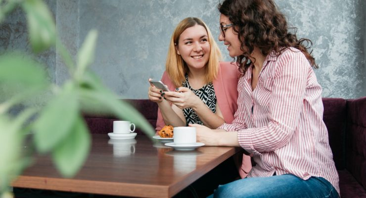 cafetería mujeres amigas