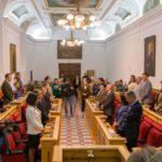 El pleno de Toledo apoya las reivindicaciones feministas del 8M con la abstención del PP y el rechazo de Vox