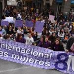 Huellas violetas en las calles de una manifestación simbólica, entre los actos de la Plataforma Feminista de Talavera por el 8M