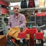 'Reparación de calzado La Teja': la crisis le brindó un zapatero al barrio de Santa Bárbara