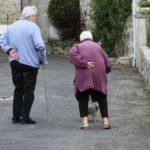 Los trabajadores sociales redoblan esfuerzos para atender a personas mayores y gente sin ingresos