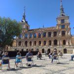 «¡Qué empiece ya!»: protesta frente a un escenario sin espectáculo por el aplazamiento de actos culturales en Toledo