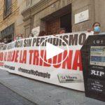 """""""¡No al ERE!"""": los trabajadores de La Tribuna se concentran ante """"el hachazo"""" de Promecal"""