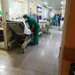 """Denuncian una """"situación caótica"""" en las Urgencias del Virgen de la Salud con 62 pacientes pendientes de ingreso"""
