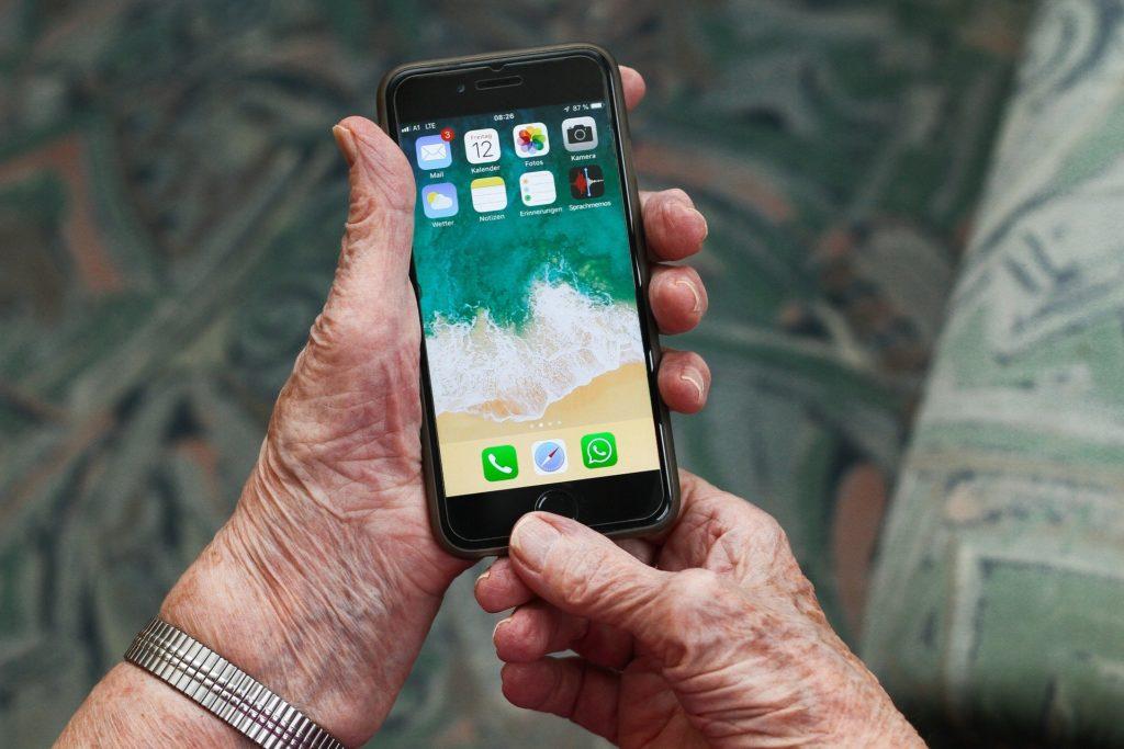 persona mayor aplicación móvil videollamada