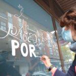 Arte urbano navideño en los escaparates del barrio toledano de Santa Teresa