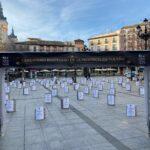 """La hostelería de Toledo denuncia el """"abandono"""" que sufre y vuelve a reivindicar ayudas con """"un cementerio"""" de barriles de cerveza"""