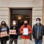 Entregan 57.000 firmas para pedir una vivienda para Miguel López en Toledo