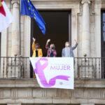 La alcaldesa coloca el lazo del 8M en el Ayuntamiento junto a la atleta Irene Sánchez Escribano