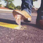 """Talavera arranca una campaña para retirar chicles del suelo: """"Cuestan 5 o 10 céntimos. Retirarlos del pavimento un euro"""""""